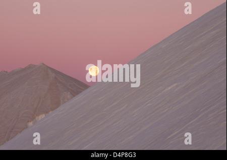 Sonnenaufgang über dem Salz Haufen Salz Industrie - Stockfoto
