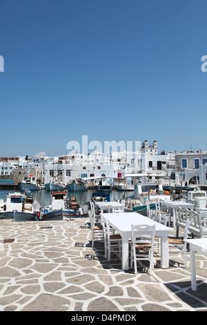 Terrasse eines griechischen Restaurants auf der Insel Paros in den Kykladen (Griechenland) - Stockfoto