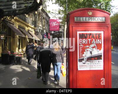 Eine rote Telefonzelle an einer gut besuchten Geschäft Straße in London, Vereinigtes Königreich, 26. Oktober 2009. Foto: Johannes Reichert