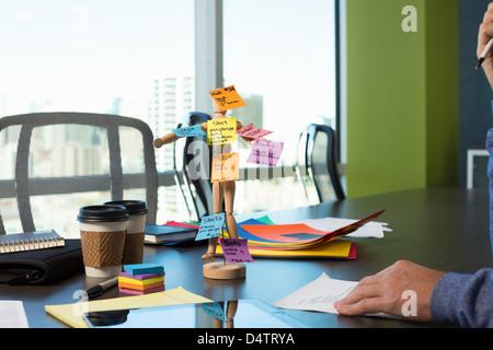 Hölzerne Puppe mit Haftnotizen - Stockfoto