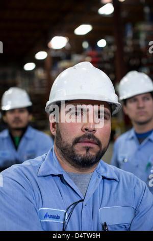 Nahaufnahme des Arbeiters in Metall-Anlage - Stockfoto