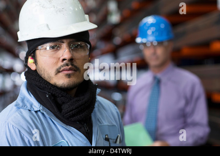 Arbeitnehmer und Unternehmer in Metall-Anlage - Stockfoto