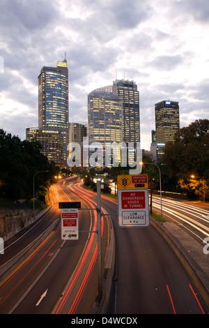 Sonnenuntergang über Sydney zentraler Geschäftsbezirk mit Pendlerverkehr auf Schnellstraße Sydney New South Wales - Stockfoto
