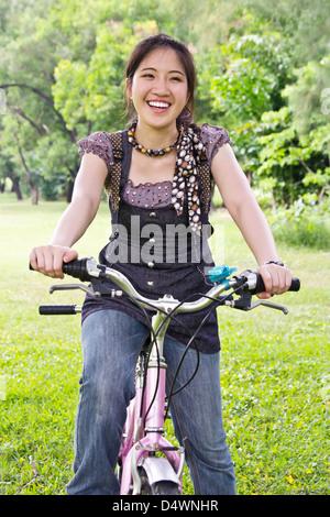 Asiatische Frau Reiten Fahrrad - Stockfoto