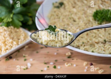 Frisch gemacht Buchstabensuppe mit Kräutern - Stockfoto