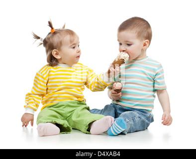Babys Mädchen und jungen essen Eis zusammen im Studio isoliert - Stockfoto