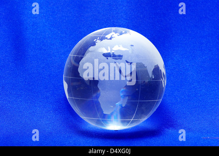 Perfekte Planeten Kristallkugel Globus isoliert auf blau - Stockfoto
