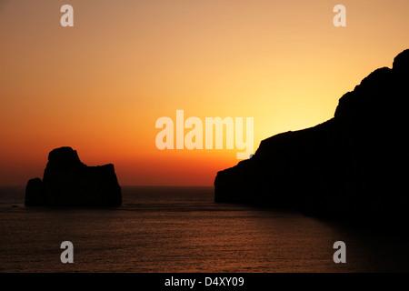 Landschaft an der Küste von Masua während den Sommer Sonnenuntergang - Stockfoto