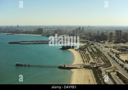 Kuwait, Kuwait-Stadt, Blick auf die Küste und die Skyline von Kuwait Towers - Stockfoto