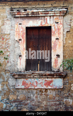 Ein shuttered Fenster in einem verlassenen Haus, Oaxaca, Mexiko. - Stockfoto