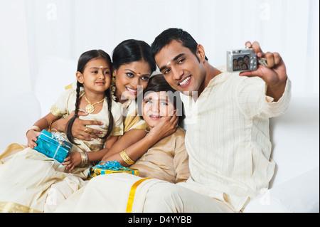 Südindische Mann, ein Bild von seiner Familie am Onam - Stockfoto