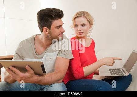 Paar mit neuer Technologie - Stockfoto
