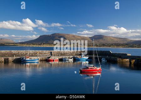 Segelboote in Mullaghmore Hafen unter den Hügeln von Sligo, County Sligo, Irland. - Stockfoto