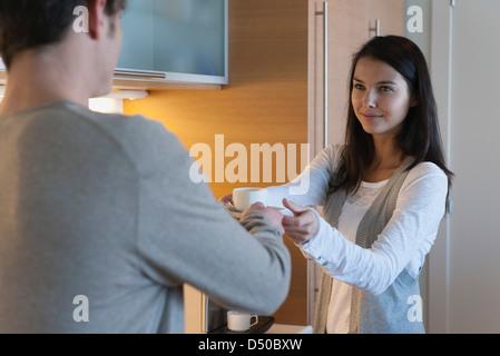 Frau Mann Tasse Kaffee Übergabe - Stockfoto
