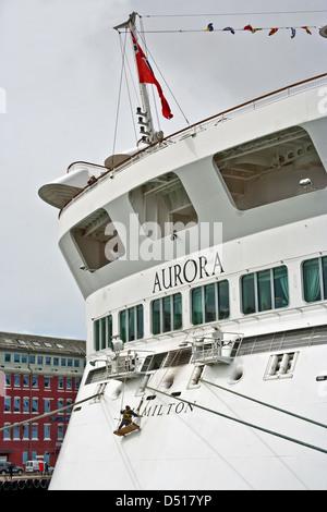 Besatzungsmitglied auf einem Seil geschlungen Brett berührt auf den Lack auf das Kreuzfahrtschiff Aurora, während - Stockfoto