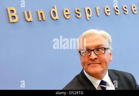 Vorsitzende der Sozialdemokraten (SPD)-Bundestagsfraktion Frank-Walter Steinmeier liefert eine Pressekonferenz auf der Opposition Eindruck von einem Jahr von der deutschen Regierungskoalition in Berlin, Deutschland, 26. Oktober 2010. Foto: WOLFGANG KUMM