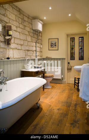 Retro Stil Badezimmer Mit Badewanne Und Hohe Zisterne Stockfoto