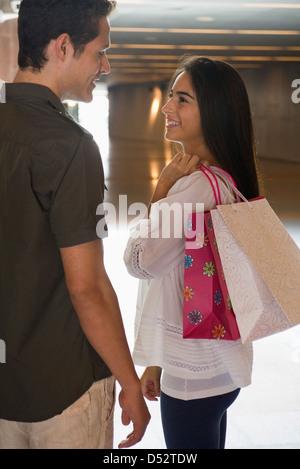Junges Paar zusammen einkaufen - Stockfoto