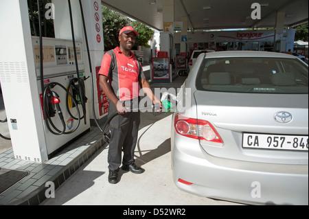Benzin Pumpe damit verbundenen Füllung Auto mit Kraftstoff an der Tankstelle in Knysna Südafrika - Stockfoto