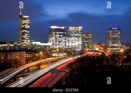 Essen, Deutschland, Panorama der Stadt mit der Autobahn A40 aus den Gebäuden von RWE und Evonik an der Postbank - Stockfoto
