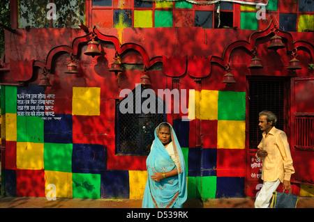 Bunte Tempel von der Straße in Alt-Delhi - Stockfoto