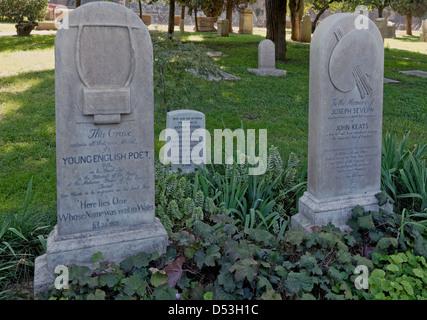 Grabstein von John Keats und seinem Freund Joseph Severn in der protestantischen Friedhof in Rom. - Stockfoto