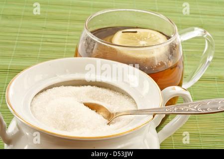 Kristallzucker in einem Teelöffel Zuckerdose - Stockfoto