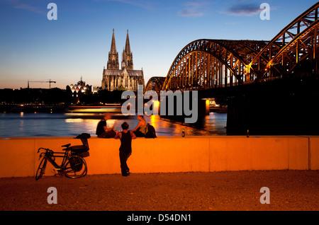 Köln, Deutschland, Stadtbild mit Kölner Dom am Abend - Stockfoto