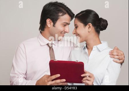 Geschäftsmann, Geschenk, eine Geschäftsfrau in einem Büro - Stockfoto