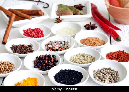 Gewürze und getrocknete Gemüse auf weißen Planken - Stockfoto
