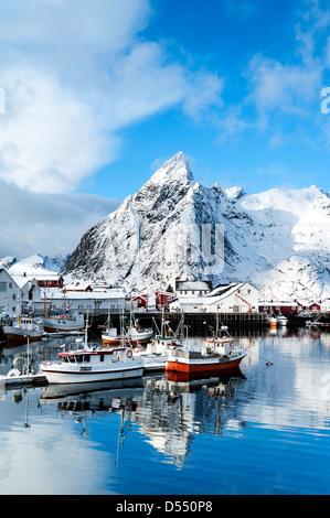 Boote im Hafen von Hamnoy auf den Lofoten, Norwegen - Stockfoto