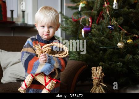 Junge hält Spielzeug Weihnachtsbaum - Stockfoto