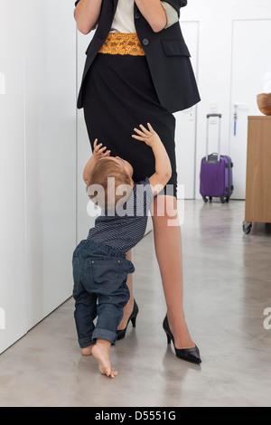 Gruß Mutter Kleinkind Jungen im Flur - Stockfoto