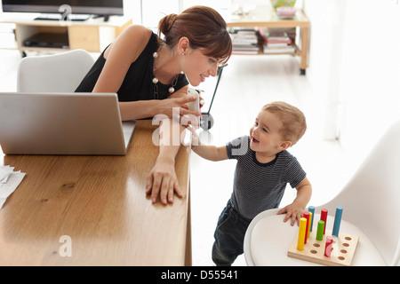 Geschäftsfrau, die zu Hause arbeiten - Stockfoto