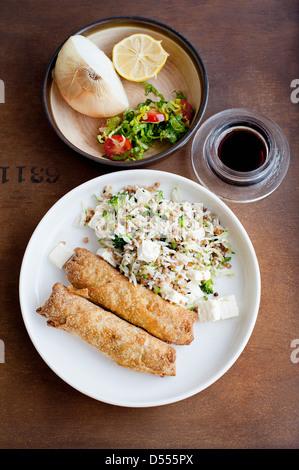 Teller mit Gebäck mit Reis - Stockfoto