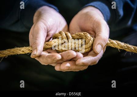 Klettergurt Aus Seil Binden : Hand mit acht knoten im seil klettern stockfoto bild: 216236886 alamy