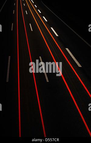Langzeitbelichtung Blick auf Verkehr in der Nacht - Stockfoto