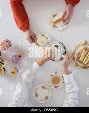 Draufsicht von Menschen, die Tee - Stockfoto