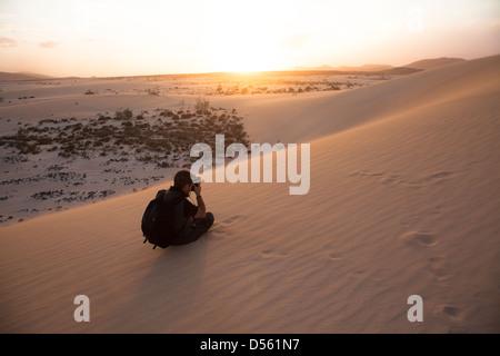 Fotografen unter Bild auf den Sanddünen, Fuerteventura Kanarische Inseln - Stockfoto