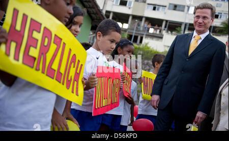 """Der deutsche Außenminister Guido Westerwelle besucht die """"Instituto Bola Pra Frente"""", ein Straßenfußball-Projekt - Stockfoto"""