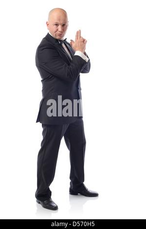 Mann im Smoking in einer 007 James Bond pose - Stockfoto