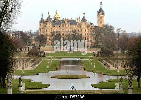 Das Schweriner Schloss und sein Park an einem schönen Frühlingstag in Schwerin, Deutschland, 30. März 2010 abgebildet. - Stockfoto