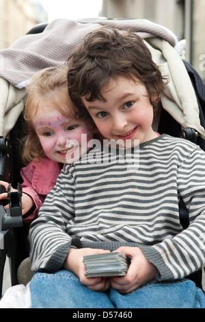 Junge Geschwister zusammensitzen in Kinderwagen, Porträt - Stockfoto