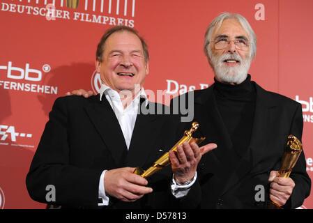 Österreichs Michael Haneke (R) und Filmregisseur Burghart Klaußner zeigen ihre Auszeichnungen bei der deutsche Film - Stockfoto