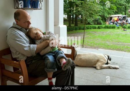 Heidenau, Deutschland, Vater und Tochter auf einer Bank vor der Haustür - Stockfoto