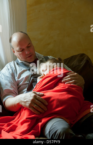 Heidenau, Deutschland, Vater und Tochter auf dem sofa - Stockfoto