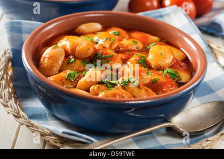 Gigantes Plaki große weiße Bohnen in Tomaten sauce Griechenland Essen - Stockfoto