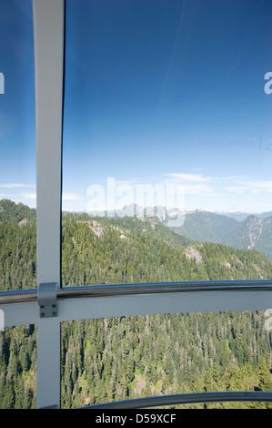 Blick aus dem Fenster von der Aussichtsplattform des Auges der Windkraftanlage Wind in Richtung der Berge von Nord - Stockfoto