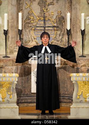 Bischof Margot Kaessmann, Vorsitzende der evangelischen Kirche in Deutschland, während der Segen nach ihrem Neujahrs - Stockfoto