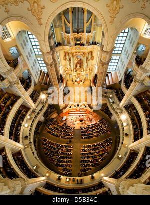 Die Frauenkirche ist während der Predigt des Bischofs Margot Kaessmann, Vorsitzende der evangelischen Kirche in - Stockfoto